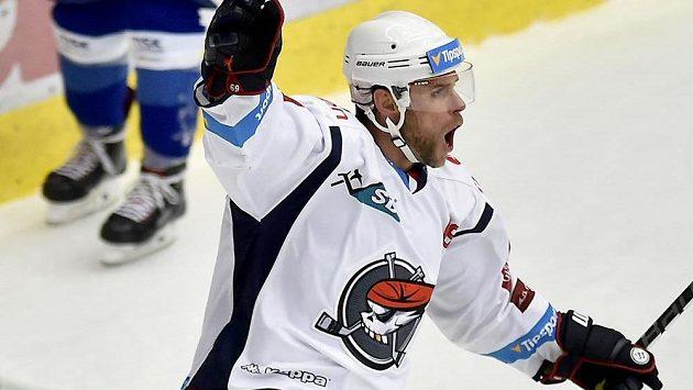 Útočník Radek Duda z Chomutova se raduje ze vstřeleného gólu.