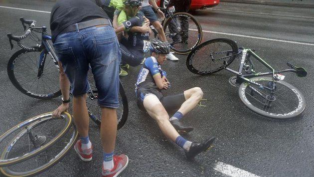 Český cyklista Leopold König se drží za předloktí po pádu v závěru 19. etapy Tour de France.