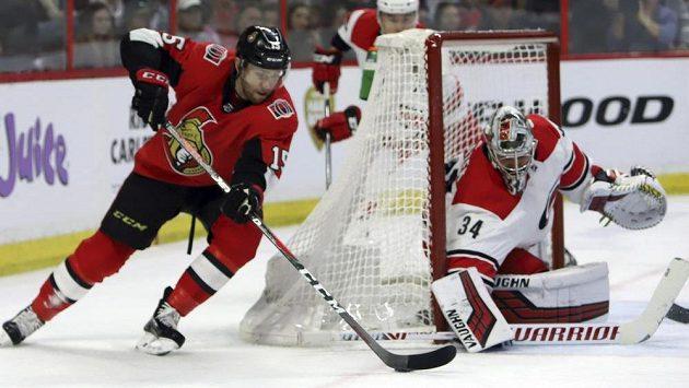 Český gólman Caroliny Petr Mrázek (34) v akci během utkání NHL na ledě Ottawy.