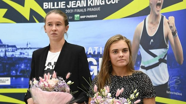 České tenistky Nikola Bartůňková (vlevo) a Sára Bejlek.
