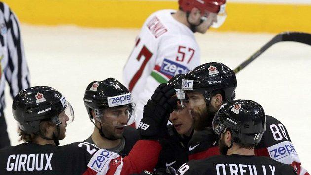 Hokejisté Kanady se radují z branky, kterou vstřelili Bělorusku ve čtvrtfinále MS.