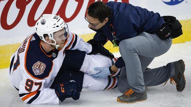 Edmontonský kapitán Connor McDavid po pádu v duelu s Calgary.