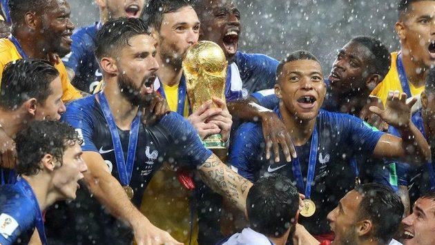 Fotbalisté Francie s pohárem pro mistry světa.