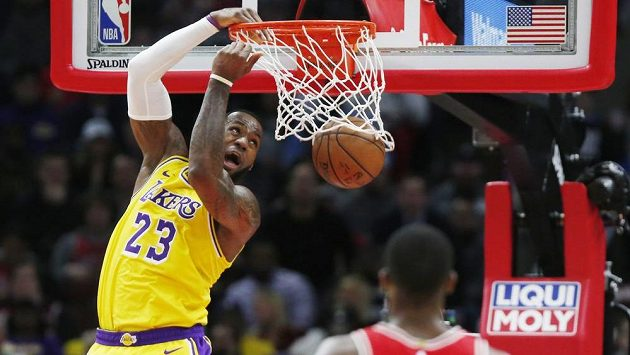 LeBron James z Los Angeles Lakers smečuje do koše v utkání NBA proti Chicagu.