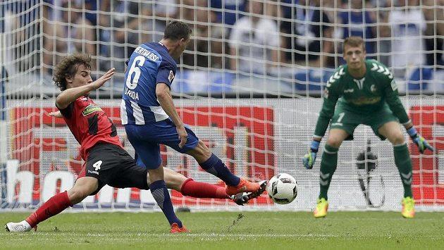 Záložník Herty Berlín Vladimír Darida střílí gól v zápase proti Freiburgu.