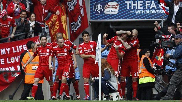 Fotbalisté Liverpoolu se radují z góly Andyho Carrolla, který rozhodl semifinále FA Cupu proti Evertonu.