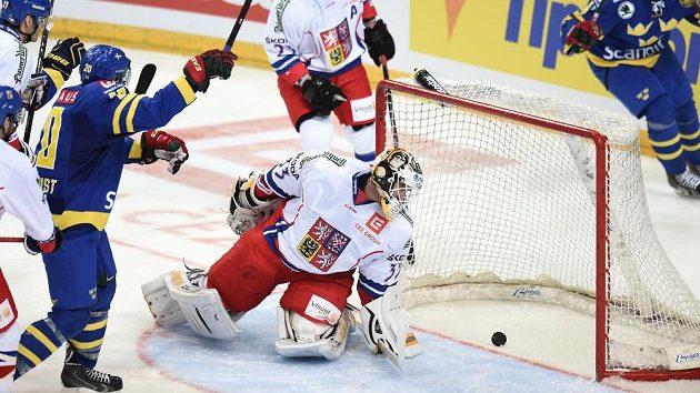 Český brankář Pavel Francouz dostává pátý gól během v duelu se Švédy.
