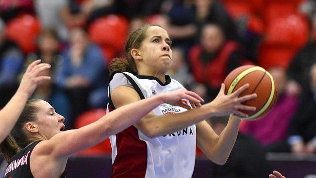 Nymburská basketbalistka Jessica Lynne Kusterová střílí na koš - ilustrační foto