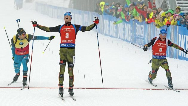 Simon Schempp v cíli v závodu s hromadným startem na 15 km.