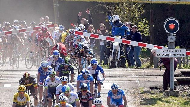Riskantní manévr několika cyklistů na železničním přejezdu.