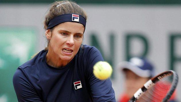 Němka Julia Görgesová v zápase s Eugenií Bouchardovou z Kanady při French Open.
