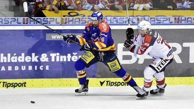 Jakub Babka z Českých Budějovic se snaží uniknout Ctiradu Ovčačíkovi z Pardubic během utkání baráže o hokejovou extraligu.