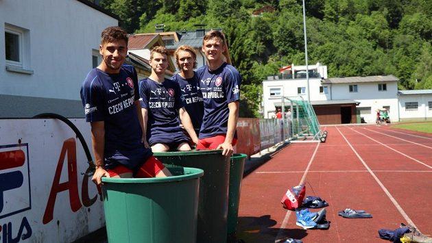 Martin Graiciar (vpravo) se spoluhráči z reprezentační jednadvacítky (zleva Ondřej Lindr,David Douděra, Emil Tischler) rehabilituje po tréninku v rakouském Zell am See.