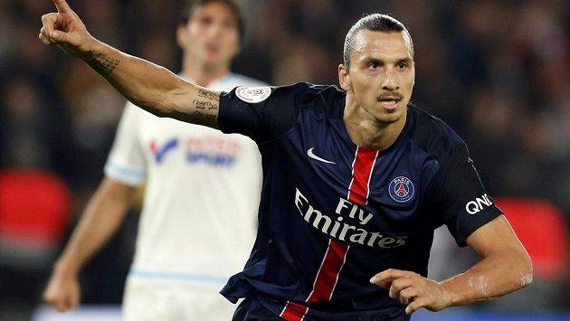 Zlatan Ibrahimovic z PSG oslavuje vstřelený gól do sítě Marseille.