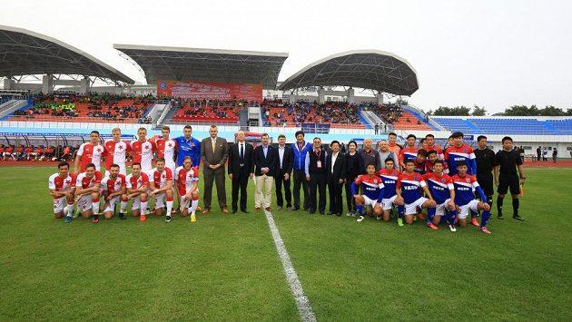 Fotbalisté Slavie a týmu Chaj-nan Po-jing (vpravo) před začátkem přípravného zápasu.