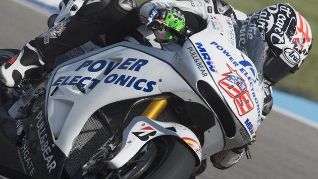Nicky Hayden na trati v Indianapolisu.