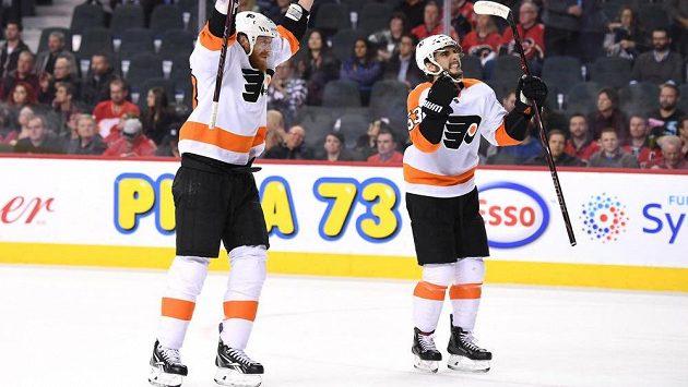 Hokejisté Philadelphie Jakub Voráček (93) a Shayne Gostisbehere (53)oslavují výhru v Calgary.