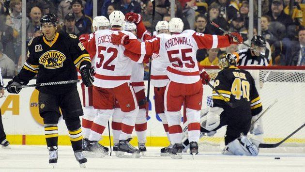 Obránci Detroitu Red Wings Jonathan Ericsson (52) a Niklas Kronwall (55) se radují z gólu proti Bostonu.