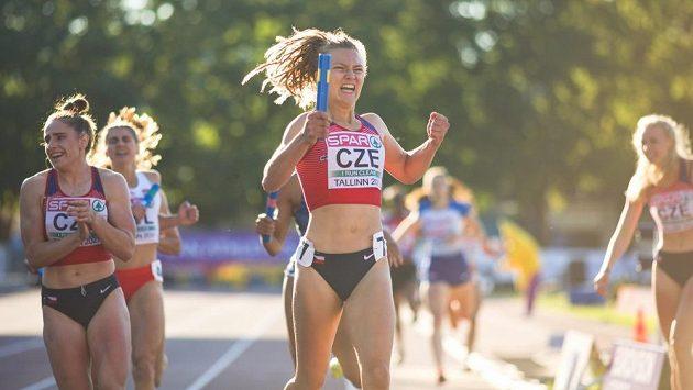 Barbora Malíková po svém zlatém doběhu štafety v Tallinnu.