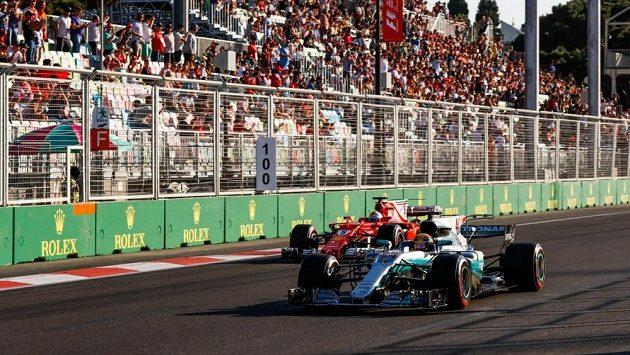 Sebastian Vettel a Lewis Hamilton během Velké ceně Ázerbájdžánu.