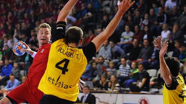 Český házenkář Filip Jícha (vlevo) v kvalifikačním duelu proti Belgii. Snímek je z prvního vzájemného utkání utkání.