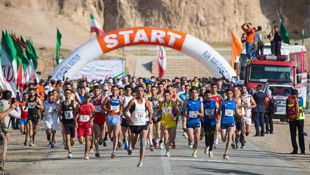 Muslimské běžkyně nemají úplně snadný sportovní život. Muži startují venku, ony musí být zavřené.