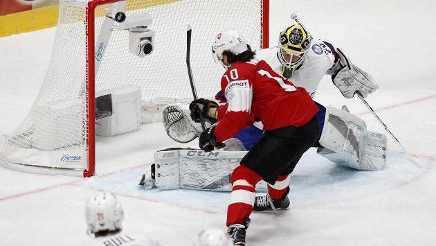 Švýcar Andres Ambühl dává gól Norům.