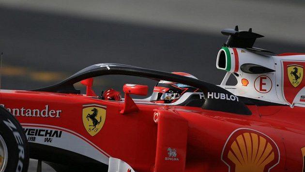 Kimi Räikkönen testuje ochranu kokpitu Halo.