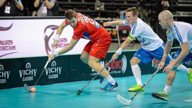 Matěj Jendrišák se snaží prosadit proti finské přesile v semifinále MS.