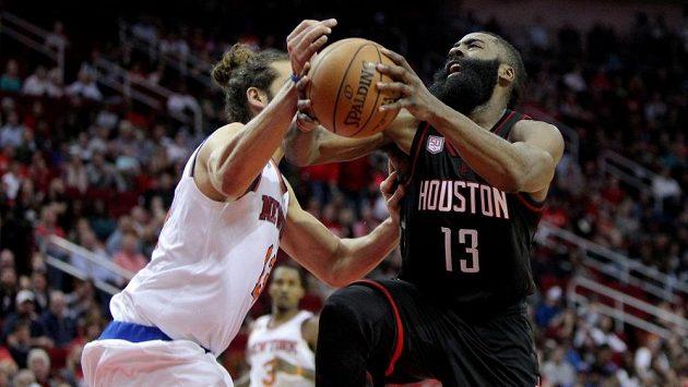 Basketbalista Houstonu James Harden (vpravo) se snaží prosadit přes Joakima Noaha z týmu New York Knicks.