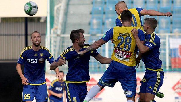 Teplice vyhrály v 5. kole první fotbalové ligy nad Jihlavou 3:1. Dvěma góly k tomu Severočechům pomohl zkušený Jan Rezek. Na snímku střílí hlavou první gól.