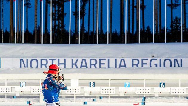 Michal Krčmář na střelnici při sprintu v Kontiolahti.