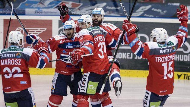 Zleva Rostislav Marosz, Tomáš Rolinek, Petr Sýkora, Sacha Treille a Marek Trončinský, všichni z Pardubic, oslavují gól.