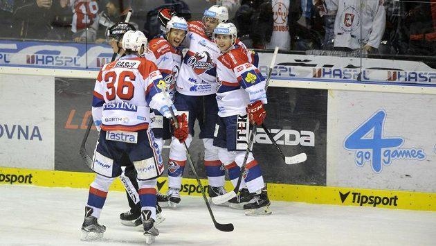 Pardubičtí hokejisté se radují z rozhodujícího gólu proti Vítkovicím, který vstřelil v prodloužení Petr Sýkora (druhý zprava).