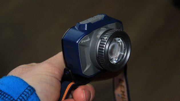 Zoomovací čelovka Fenix HL40R: kovové tělo, integrovaný akumulátor, nabíjení přes micro USB.