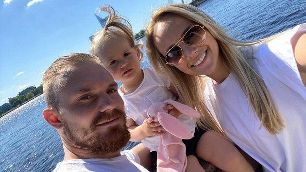 Záložník Jakub Hora s manželkou Anetou a dcerkou Sofinkou.
