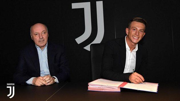 Federico Bernadeschi podepisuje smlouvu.