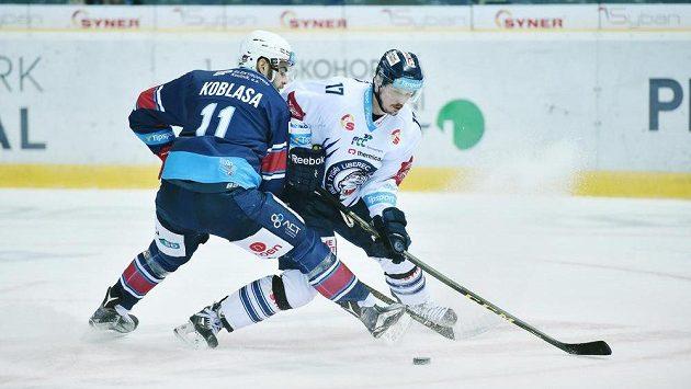 Petr Koblasa z Chomutova v souboji s Lukášem Dernerem z Liberce.