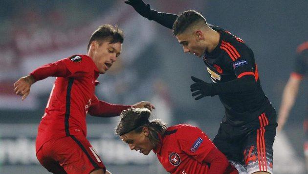 Václav Kadlec (vlevo) a jeho spoluhráč z FC Midtjylland Kristoffer Olsson (uprostřed) bojují s Andreasem Pereirou z Manchesterm United o míč.