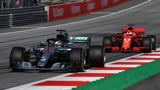 Lewis Hamilton z Mercedesu a Sebastian Vettel z Ferrari.