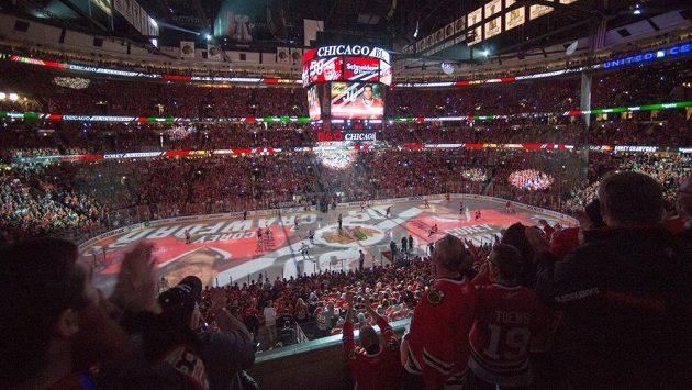 Fanoušci Chicaga v domácí hale Blackhawks United Center.