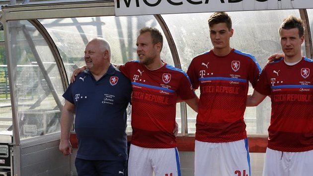 Jaroslav Dudl na archivním snímku po boku hráčů české reprezentace Daniela Koláře, Patrika Schicka a Lukáše Marečka.
