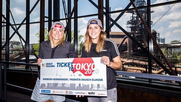 Markéta Nausch Sluková (vlevo) s Barborou Hermannovou si z Ostravy mohly odvézt i symbolicky lístek do Tokia.