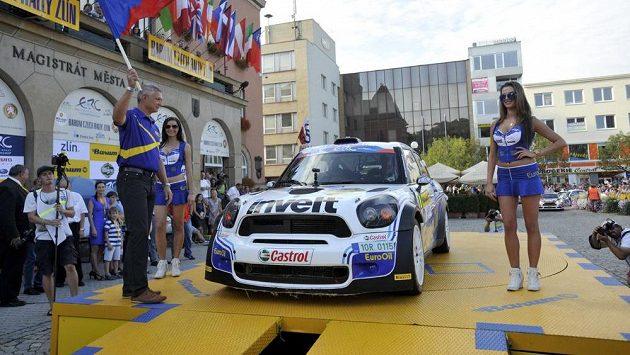 Čeští závodníci Václav Pech a Petr Uhel s autem Mini John Cooper Works S2000 na startu Barum rally.
