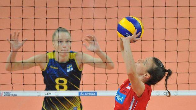 Kateřina Valková připravuje útok, brání Dalila-Lilly Topicová ze Švédska.