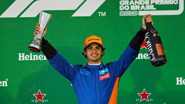 Carlos Sainz se po penalizaci soupeře dostal na třetí místo.
