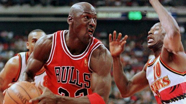 Legendární Michael Jordan z Chicaga Bulls na snímku z roku 1997.