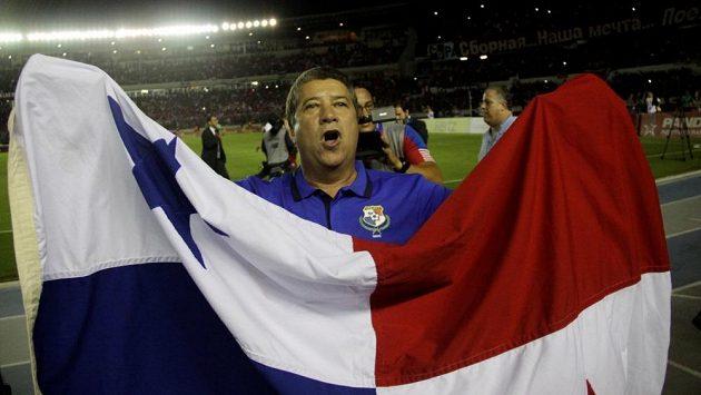 Kouč fotbalistů Panamy Dario Gomez oslavuje historický postup.