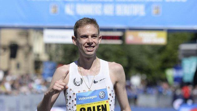 Bronzový medailista z OH v Riu, Američan Galen Rupp jako první v cíli Pražského maratónu.