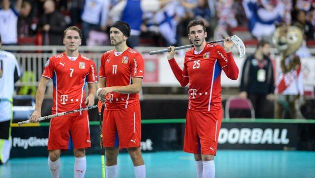 Milan Tomašík (zleva), Tomáš Sladký a Tom Ondrušek jakoby stále nemohli uvěřit porážce s Finskem.
